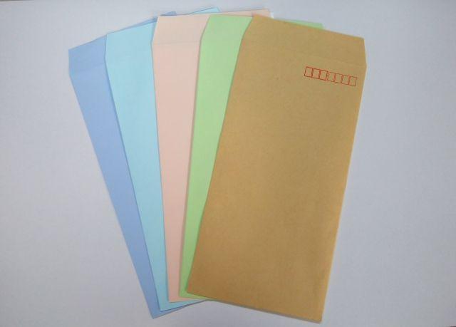 机に並べられた5色の封筒